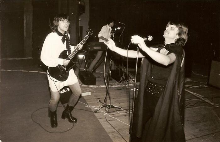 Lord 1979: Sipőcz Ernő (Sipsi) a híres fekete lepelben, mellette Erős Attila gitározik