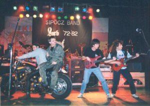 A Sipőcz Rock Band színpadán egy V-Max, nyergében Sipsi és Szigyu. Fotó: Harangozó Gyula gyűjteményéből