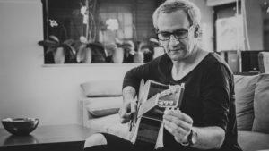 Bujtás Ervin dalszerző, gitáros a Szimbiózis műsorával