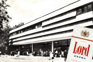 Az egykori Gyöngyös áruház és a korabeli Lord cigaretta